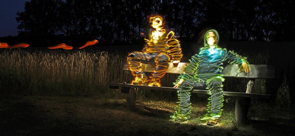 zwei Männer in einer Lichtinstallation