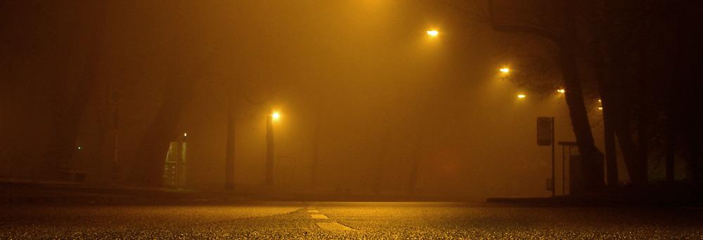 Nächtliche Straße mit Lampen