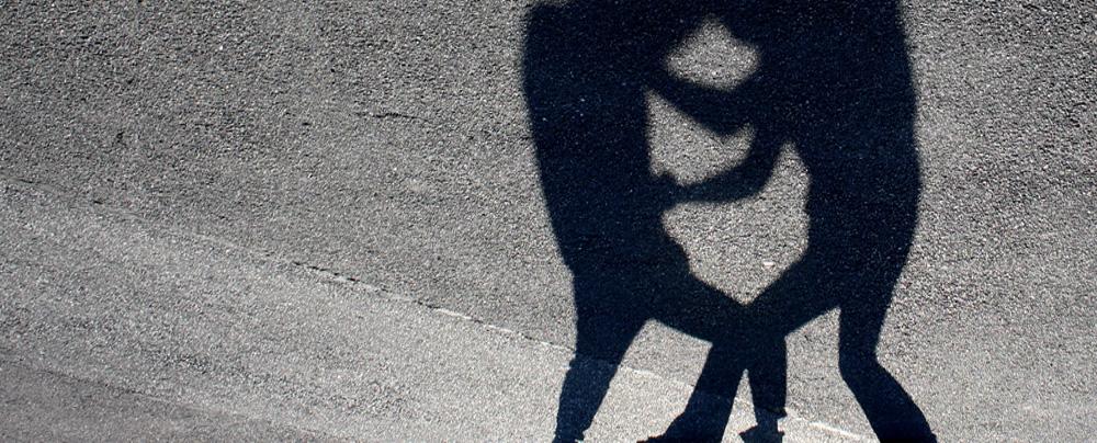 Schatten zweier raufender Gestalten