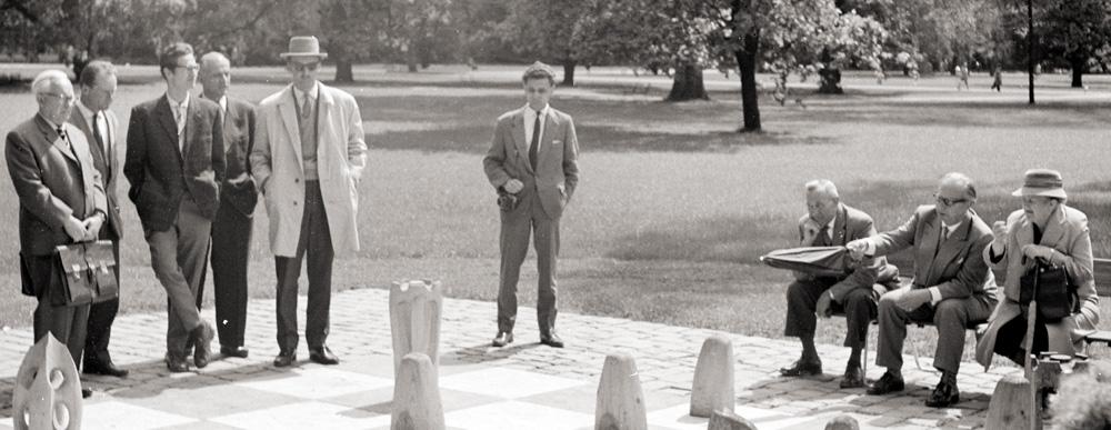 Männer im Park spielen Schach