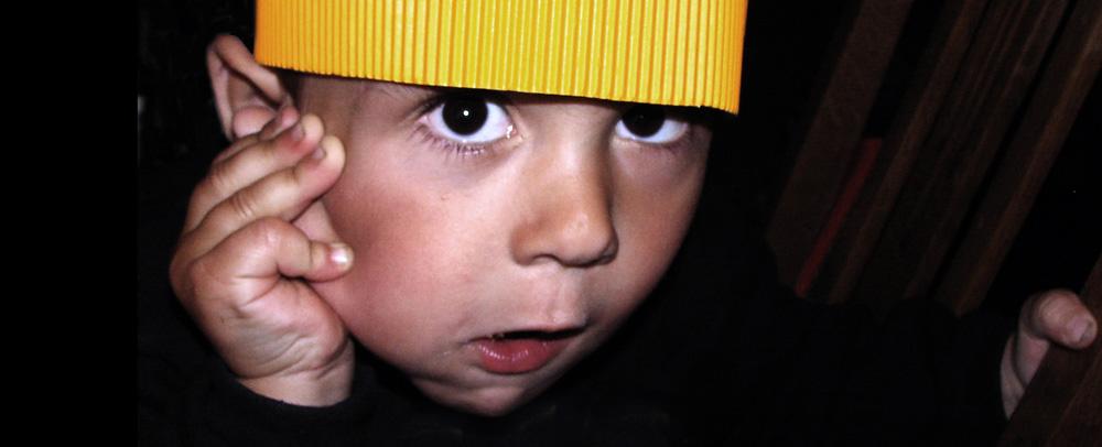 Kleiner Junge mit selbstgebastelter Krone