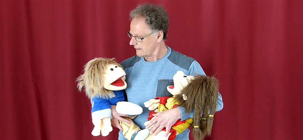 Mann mit zwei therapeutischen Puppen
