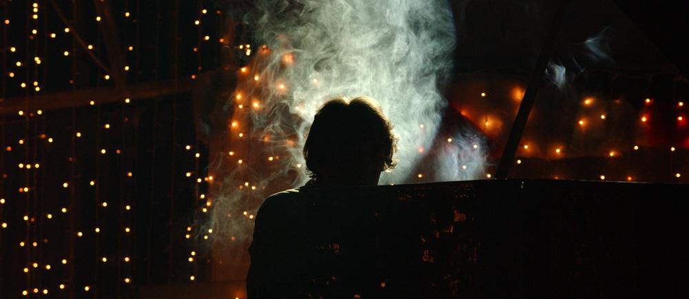 Pianist im Gegenlicht