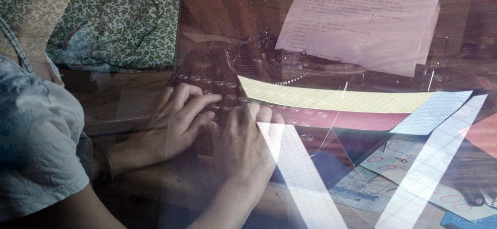 Frau schreibt an einer Schreibmaschine - Mehrfachbelichtung